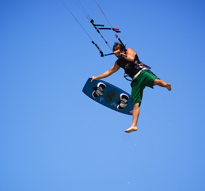 Arthur Johnston en Nouvelle Calédonie. Photo de kitesurf